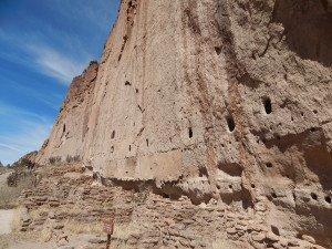 Vestiges d'anciens habitats construits contre la roche